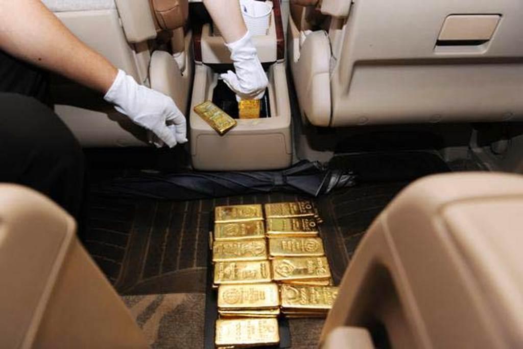 Selundupkan 44 Emas Batangan Di Dalam Kompartemen Mobil Pria Hong