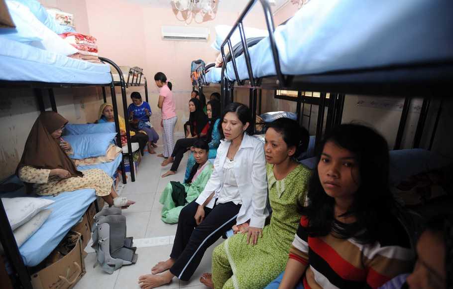 ABU DHABI, 19/11 - PENAMPUNGAN BURUH MIGRAN. Sejumlah buruh migran Indonesia melakukan aktivitasnya di penampungan KBRI Abu Dhabi, Uni Emirat Arab, Kamis (18/11). KBRI Abu Dhabi menampung sebanyak 70 buruh migran bermasalah. FOTO ANTARA/Puspa Perwitasari/ss/10