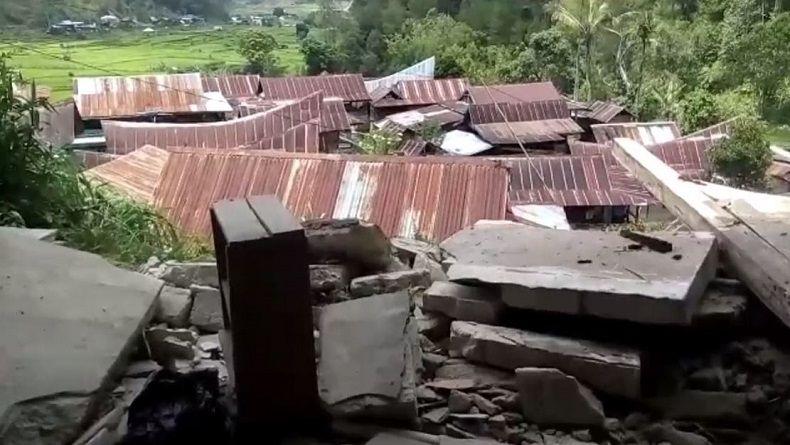 Rumah warga di Desa Lambanan, Kabupaten Mamasa, Sulbar, rusak parah akibat diguncang rentetan gempa bumi sejak Kamis (15/11/2018) pagi hingga siang. (Foto: iNews/Huzair Zainal)