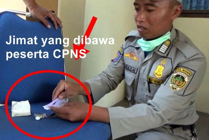 Anggota Satpol PP menemukan jimat milik peserta tes cpns Kabupaten Madiun berupa rambut yang dibungkus dalam kertas | Foto Kompas.com