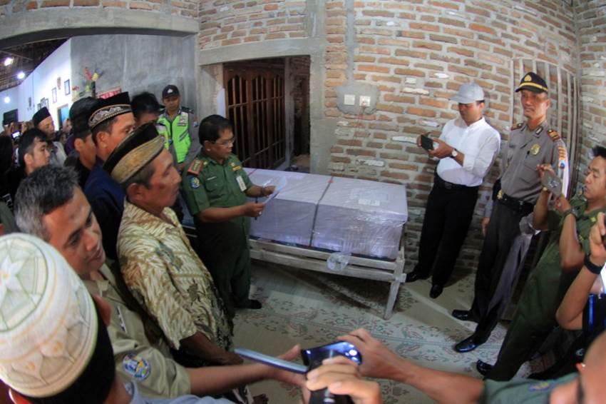 Jenazah korban sampai di rumah duka | Foto: Mita Kusuma Jatim Now