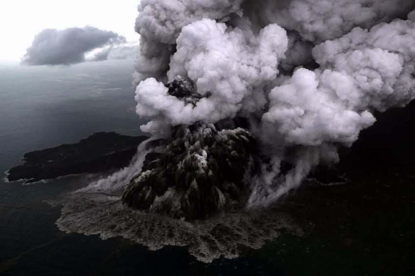 Foto udara letusan gunung Anak Krakatau di Selat Sunda, Minggu (23/12). Badan Meteorologi, Klimatologi, dan Geofisika (BMKG) menyampaikan telah terjadi erupsi Gunung Anak Krakatau di Selat Sunda pada Sabtu, 22 Desember 2018 pukul 17.22 WIB dengan tinggi kolom abu teramati sekitar 1.500 meter di atas puncak (sekitar 1.838 meter di atas permukaan laut). ANTARA FOTO/Bisnis Indonesia/Nurul Hidayat/pras.