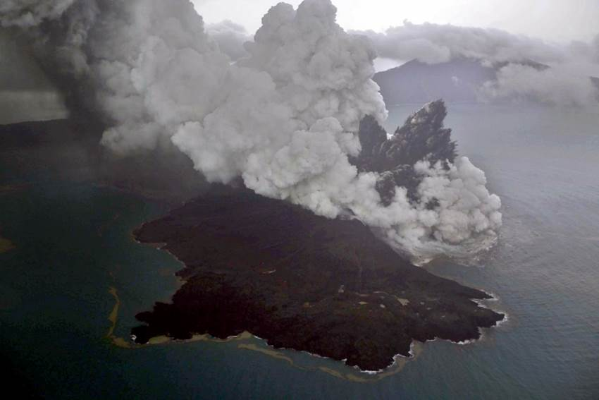Foto udara letusan gunung Anak Krakatau di Selat Sunda, Minggu (23/12/2018). Badan Meteorologi, Klimatologi, dan Geofisika (BMKG) menyampaikan Gunung Anak Krakatau erupsi pada Sabtu (22/12) pukul 17.22 WIB dengan tinggi kolom abu teramati sekitar 1.500 meter di atas puncak (sekitar 1.838 meter di atas permukaan laut). | Nurul Hidayat /Antara Foto