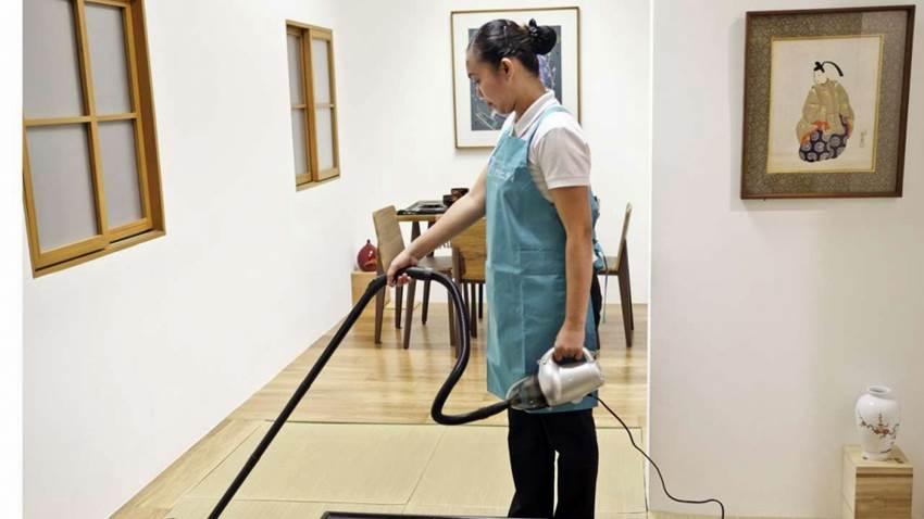 Domestic Worker sedang beraktifitas membersihkan rumah | Foto SCMP