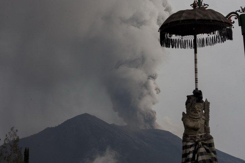 Gunung Agung mengalami erupsi, PVMBG menaikkan status ke level siaga | Foto Okezone