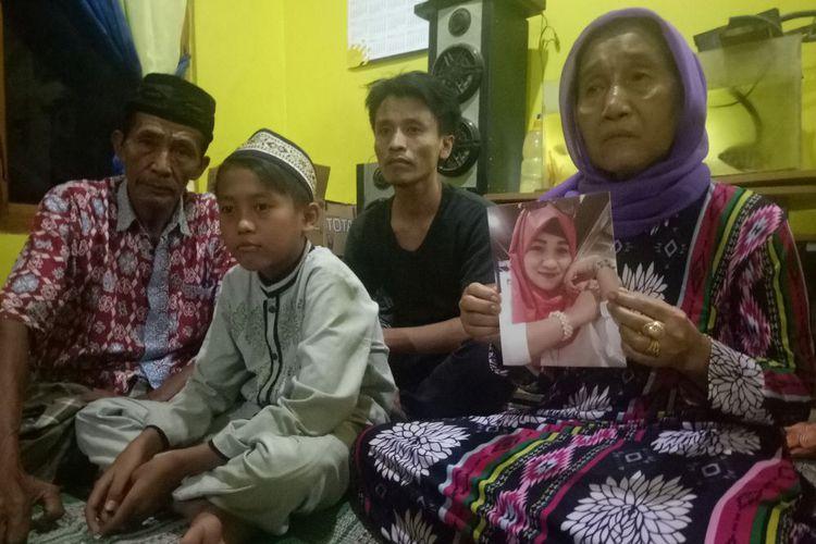 Dari kiri ke kanan, Muradi (57) ayah tiri almarhumah Nurhidayati (34), Wisnu Prayogi (11) anak, Achmad Supriyadi (36) kakak kedua, Warsem (53) ibunda.(KOMPAS/WINDORO ADI)
