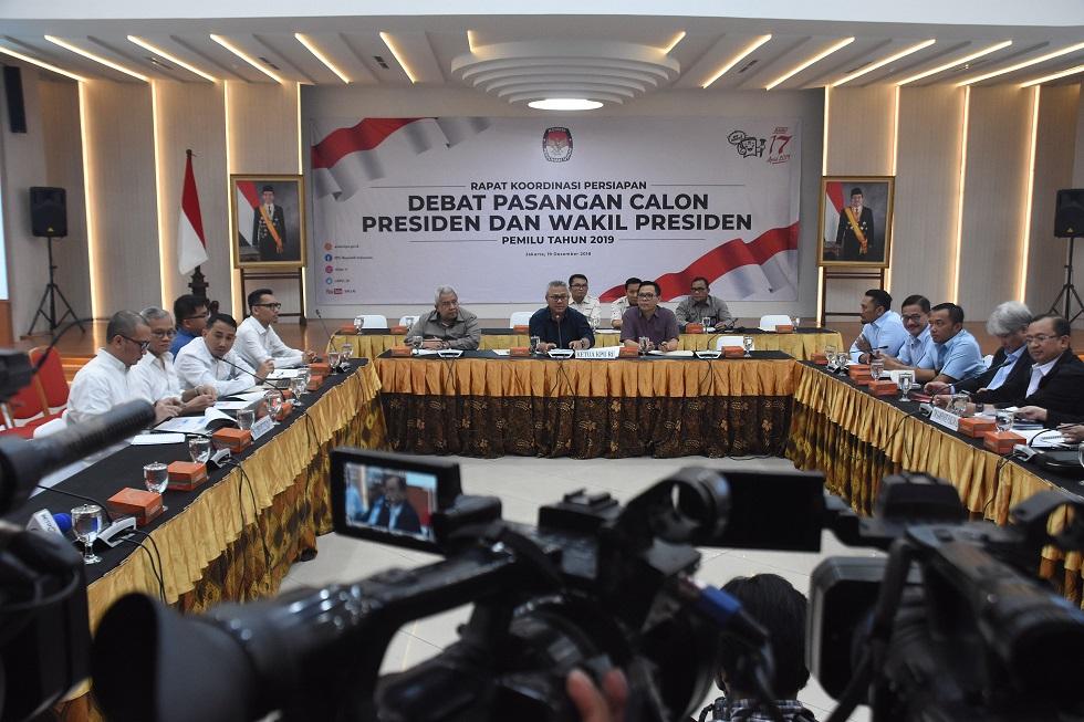 Ketua KPU Arief Budiman (tengah) memimpin jalannya rapat koordinasi bersama Tim Kampanye Nasional Jokowi-Ma'ruf dan Badan Pemenangan Nasional Prabowo-Sandi di Gedung KPU, Jakarta, Rabu (19/12/2018).   Indrianto Eko Suwarso /Antara Foto