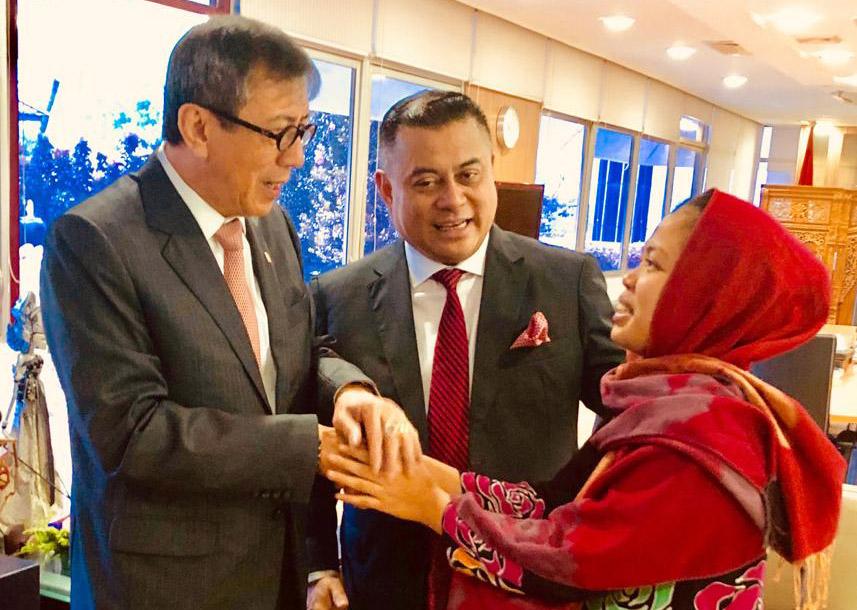 Menteri HUkum dan HAM Yasonna Laoly (kiri) Direktur Jenderal AHU Kemenkumham RI, Cahyo R Muszhar (tengah) menyalami Siti Aisyah atas pencabutan tuntutan usai menghadiri persidangan kasus Siti Aisyah di Mahkamah Tinggi Shah Alam, Selangor, Malaysia, Senin (11/3). Dok. Kemenkumham