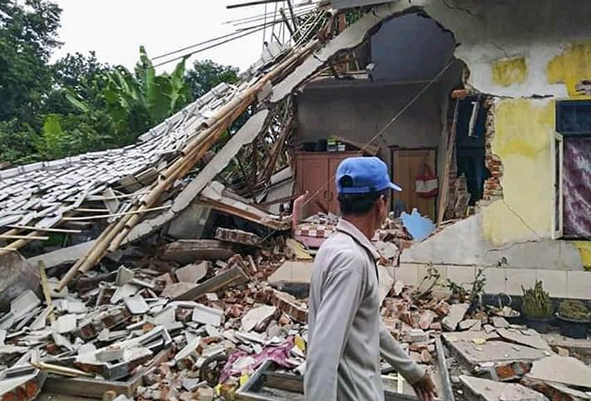 Warga berada dekat rumah yang roboh terdampak gempa bumi di Desa Pesanggrahan, Montong Gading, Lombok Timur, NTB, Minggu (17/3/2019). | BPBD /Antara Foto