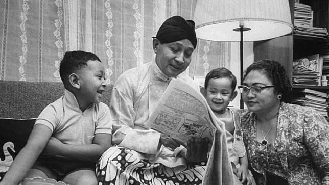 Soeharto bersama keluarga. FOTO/LIFE
