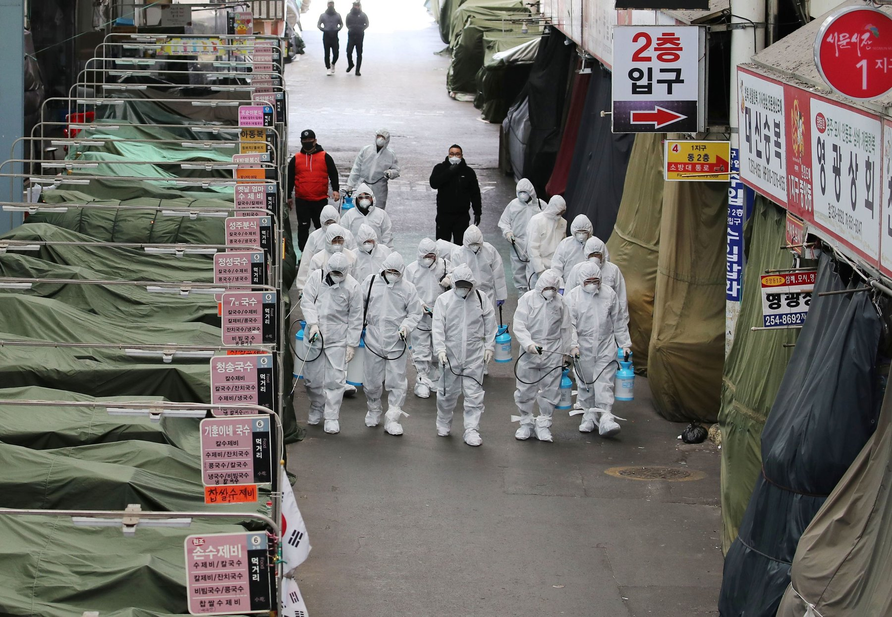 In a Market in Daegu City Spraying Disinfectant Foto Yonhap - Getty Images