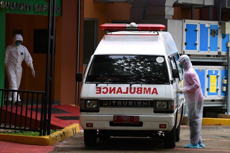 Petugas memindahkan mobil ambulans di samping ruang isolasi RSPI Prof. Dr. Sulianti Saroso, Sunter, Jakarta Utara, Kamis (5/3/2020). Kementerian Kesehatan menyatakan hingga Kamis 5 Maret ini ada 156 pasien dalam pengawasan virus corona yang tersebar di 35 rumah sakit di 23 provinsi, 2 diantaranya merupakan pasien positif corona yang masih dirawat di RSPI Prof Dr Sulianti Saroso. ANTARA FOTO/Sigid Kurniawan/foc. (ANTARA FOTO/SIGID KURNIAWAN)