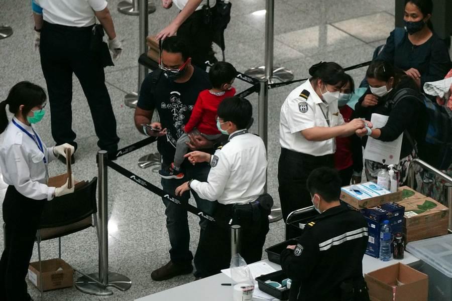 Feature Image Diperketat, Bukan Hanya Thermal Scanner, Mulai Hari Ini, Setiap yang Masuk Bandara Hong Kong Wajib Diambil Sampel Spesimennya Untuk Tes COVID-19 (Foto SCMP)
