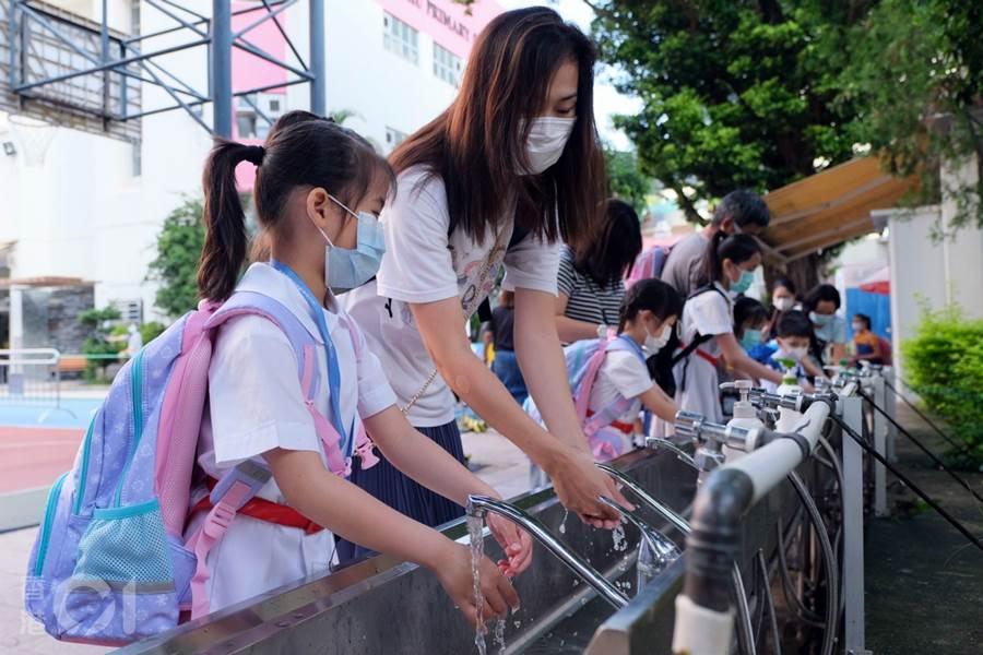 Siswa Hong Kong kembali ke sekolah (Foto HK01)