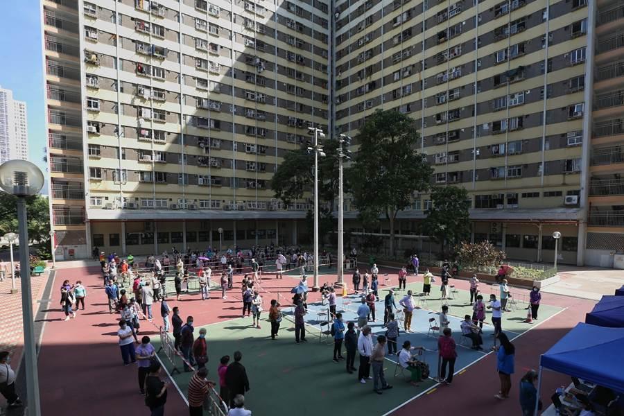 Suasana Antrian Tes masal COVID-19 di Hong Kong (Foto HK01)
