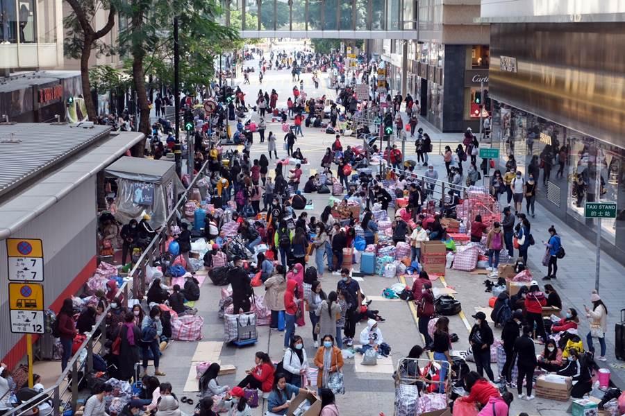 Suasana PRT Asing berkumpul di kawasan Central, Hong Kong saat hari libur (Foto HK01)