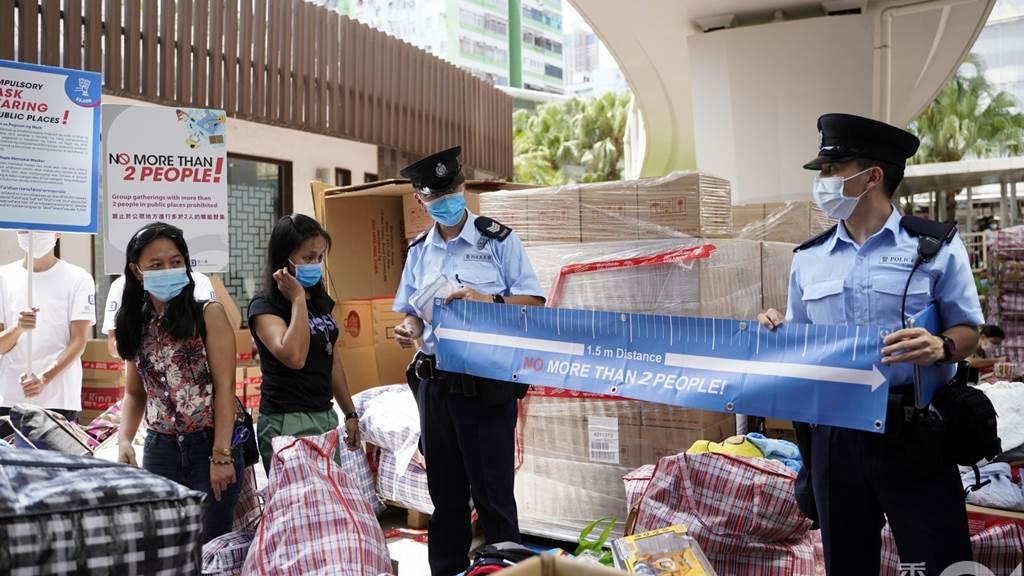 Personil Polisi Hong Kong lakukan sosialisasi personal distance di kalangan PRT asing (Foto HK01)