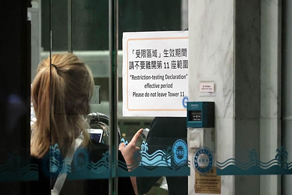 Suasana di Tower 11, Carmel Cove, Caribbean Coast Tung Chung Hong Kong saat seorang PRT asing di blok tersebut dinyatakan positif corona (Foto HK01)