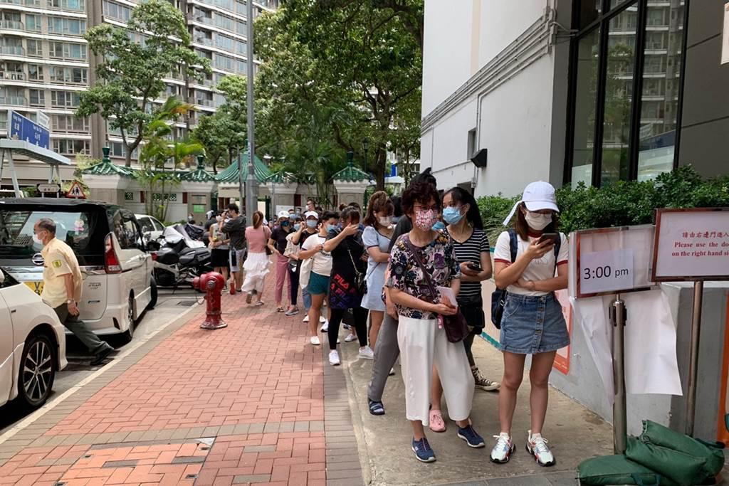Antrian warga yang akan mengikuti vaksinasi di Kwun Chung Municipal Services Building (Foto HK01)
