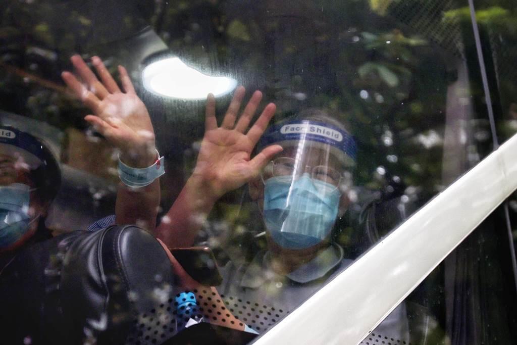 Kegembiran warga Blok N2 Kornhill saat bebas dari karantina (Foto HK01)