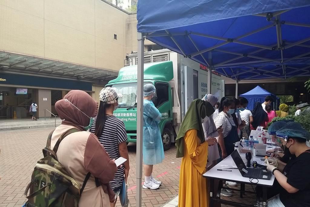 Pelaksanaan tes covid untuk PRT asing di Hong Kong (Foto HK01)