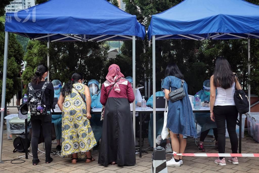 Pelaksanaan tes covid wajib untuk PRT asing di Hong Kong (Foto HK01)
