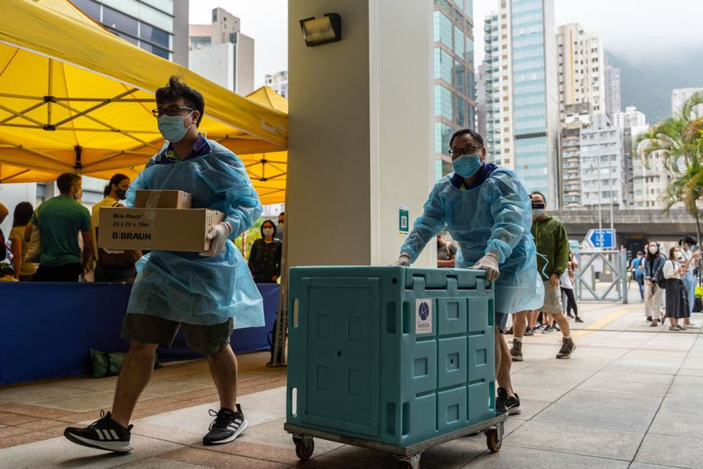 Staff members transport medical materials to a community vaccination center in Hong Kong (Foto BLOOMBERG)