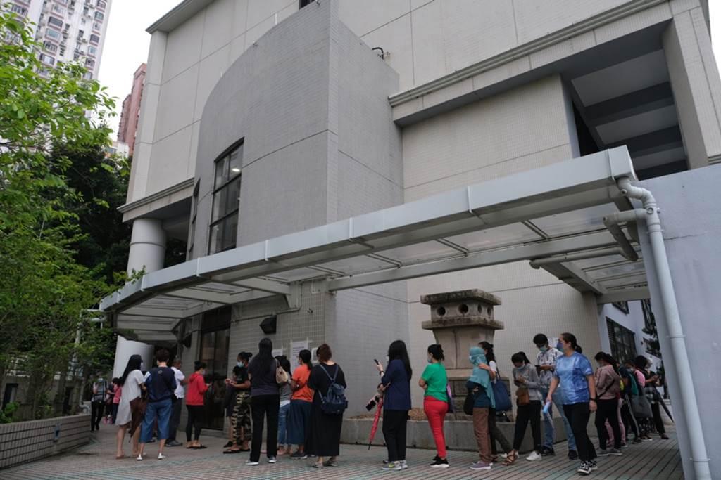 Suasana antrian tes wajib covid-19 untuk PRT Asing di Hong Kong (Foto HK01)