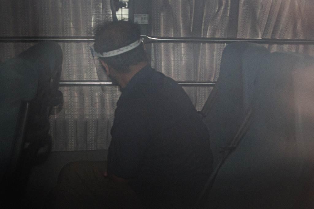 Terdakwa Syed Mohamed Rizvi di dalam mobil tahanan usai menjalani sidang perdana (Foto HK01)