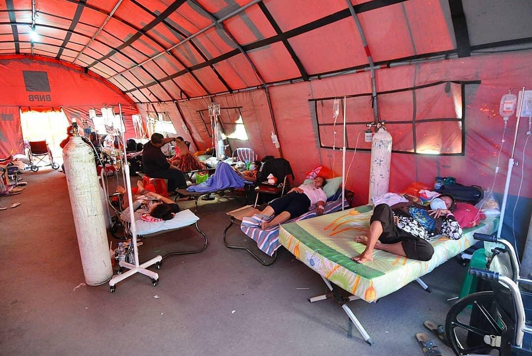 Suasana perawatan pasien covid-19 di Rumah Sakit Bekasi, membludak hingga ke area parkir (Foto Istimewa)