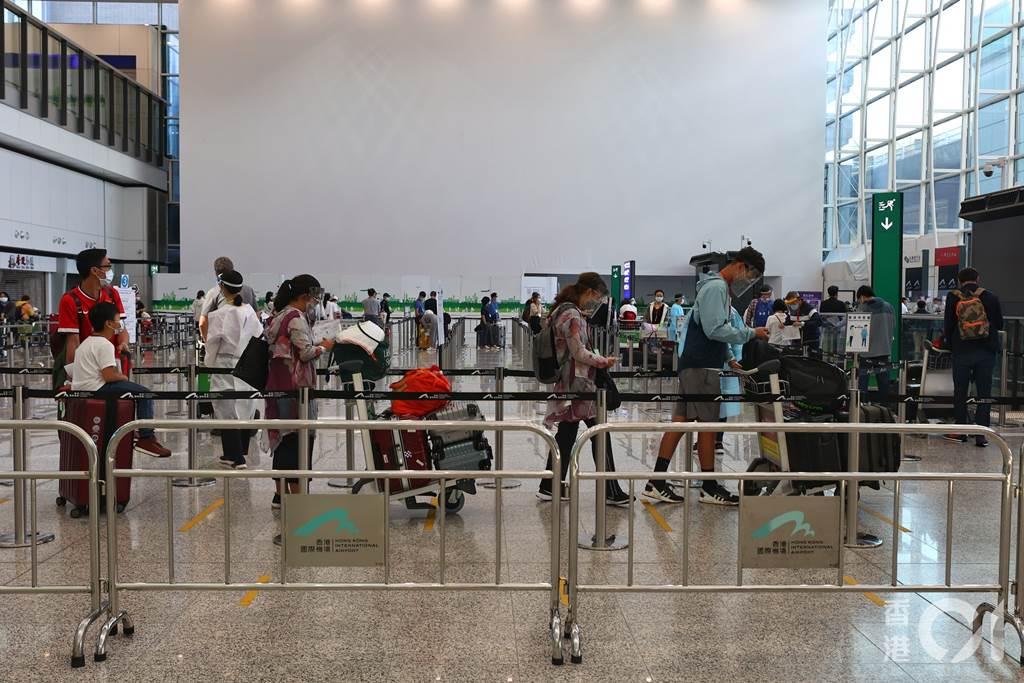 Suasana pintu kedatangan bandara internasional Hong Kong dalam situasi pandemi (Foto HK01)