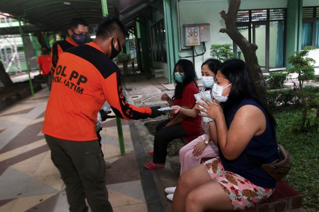 Tim Trenggana Satpol PP Pemprov Jatim layani PMI di Asrama Haji Sukolilo Surabaya (Foto Istimewa)