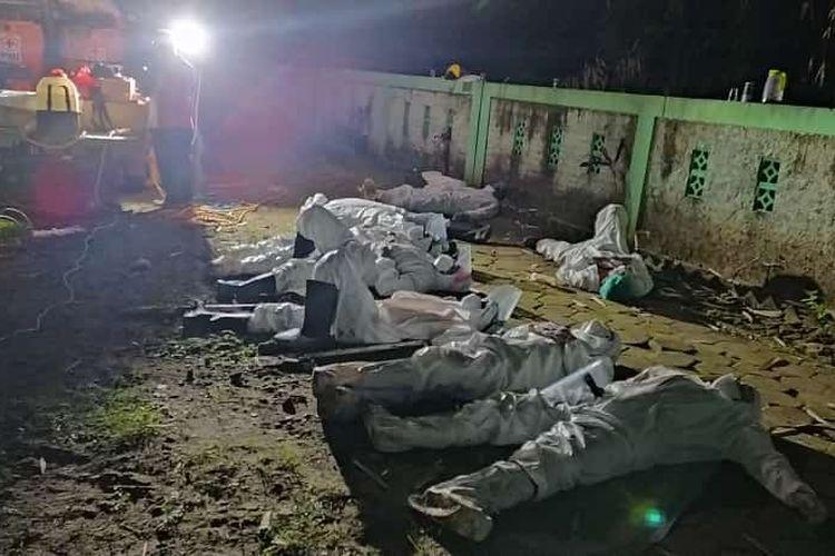 Petugas pemakaman protokol Covid-19 yang kelelahan beristirahat di areal pemakaman (foto Istimewa)