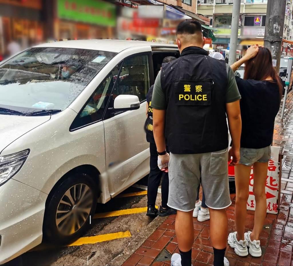 Diduga menjadi mucikari, dua perempuan lokal masing-masing berusia 43 tahun dan 44 tahun dibekuk aparat Kepolisian Hong Kong ilegal di kawasan Hoi Pa Street, Tsuen Wan kemarin sore (19/07/2021)(foto HK Police)
