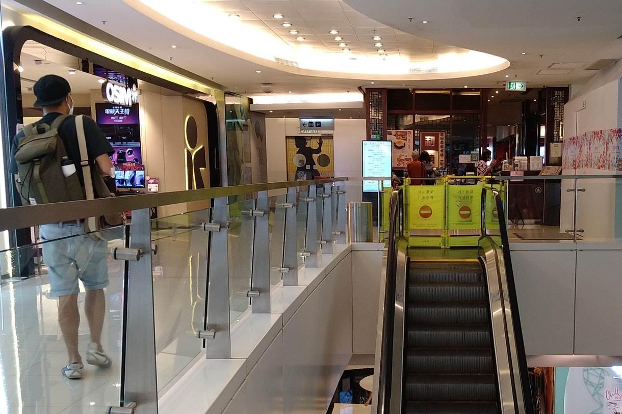 Eskalator di APM Mall Kwun Tong ditutup usai insiden balita terjepit tangannya (Foto HK01)