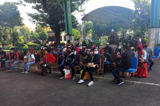 Feature image Bersama Rombongan PMI dari Singapura, 103 PMI Hong Kong yang Mendarat di Surabaya Langsung Masuk Asrama Haji Semua (Foto Istimewa)