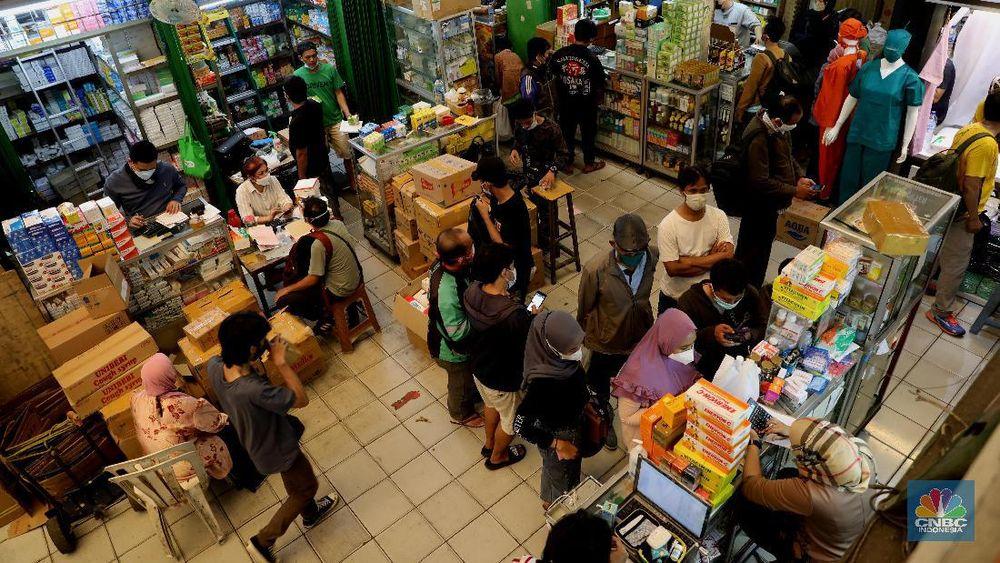 Suasana pusat penjualan obat di Kawasan Jalan Pramuka Jakarta, ramai didatangi warga yang membeli obat corona dan vitamin (Foto CNBC)