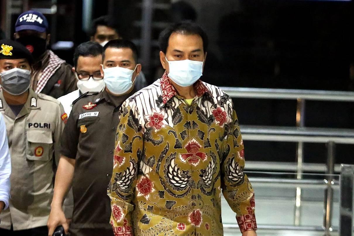 Ketua DPR RI, Azis Syamsudin saat dijemput paksa tim penyidik KPK dari rumah dinasnya (foto Istimewa)
