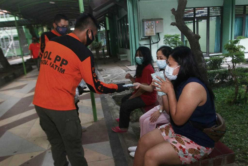 Pekerja migran yang menjalani karantina di Asrama Haji Sukolilo Surabaya (Foto Kominfo Jatim)