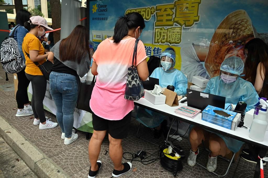 Vaksinasi untuk pekerja rumah tangga asing di Hong Kong (foto Bloomberg)